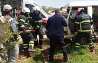 Kocaeli'de işçi minibüsü elektrik direğine çarptı:...