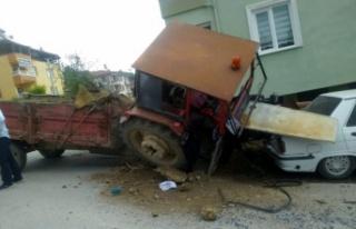 Freni boşalan traktör bahçe duvarı ve otomobile...