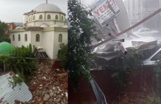 İzmir'de fırtına: Çatılar uçtu, minare yıkıldı!
