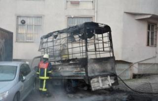 Park halinde yanan kamyonet kullanılamaz hale geldi