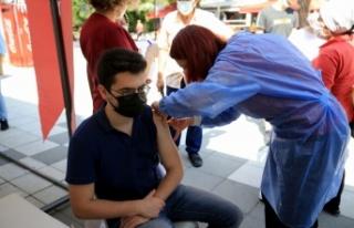 Kırklareli'nde sağlık çalışanlarının aşılanan...