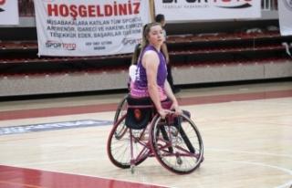 Tekerlekli sandalye basketbolunda kadın sporcularla...