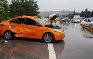 Anadolu Otoyolu'nda kamyonla ticari taksi çarpıştı:...
