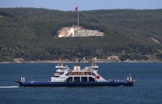 Çanakkale'deki feribot iskelelerinde tatilcilerin...
