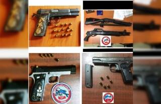 Motosikletli polis timleri silah ve uyuşturucu ele...