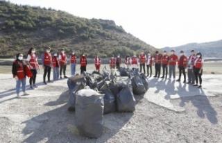 Genç Kızılay üyeleri baraj çevresine atılan...