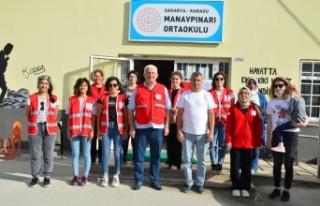Türk Kızılay gönüllüleri okulun duvarlarını...