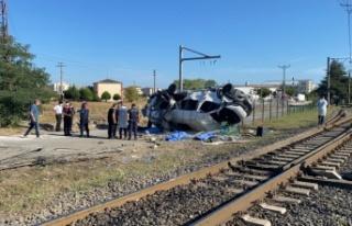 Yük treni işçileri taşıyan minibüse çarptı:...