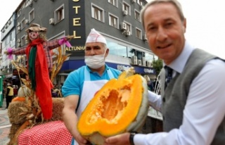 Edirne'de vatandaşlar festivale kabak tatlısı ikramıyla...