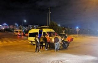 Kocaeli'de servis minibüsü ile çarpışan motosikletin...