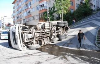 Maltepe'de hurda taşıyan kamyon devrildi