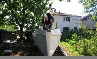Bahçesinde yaptığı yelkenliyle mavi sulara açılmaya hazırlanıyor