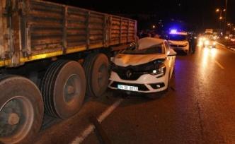 Yol kenarındaki tıra çarpan otomobilin sürücüsü yaralandı