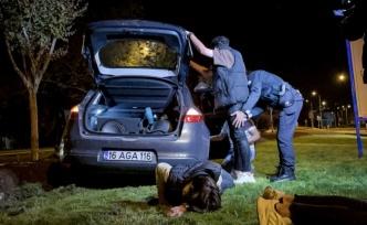 Drift yapan alkollü sürücü kaçmak isterken polis aracına çarptı