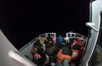 Lastik botta bulunan 49 düzensiz göçmen kurtarıldı