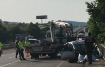 Bariyerlere çarpan otomobildeki 4 kişiden biri hayatını kaybetti