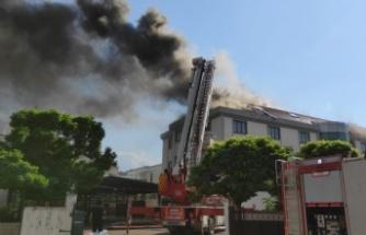 Öğrenci yurdunun çatısında çıkan yangın söndürüldü