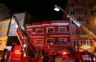 Apartmanın çatı katında çıkan yangın söndürüldü
