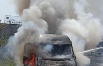 Gebze'de kargo firmasına ait araç Anadolu Otoyolu'nda yandı