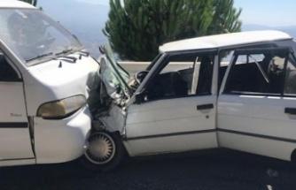 Otomobil ile panelvan çarpıştı: 4 yaralı