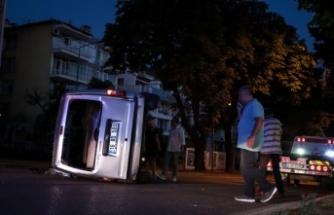 Bursa'da 2 hafif ticari aracın çarpıştığı kazada 3 kişi yaralandı