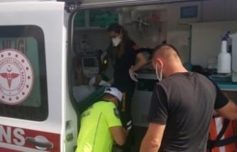 Damacana yüklü kamyonla çarpışan otomobilin sürücüsü yaralandı