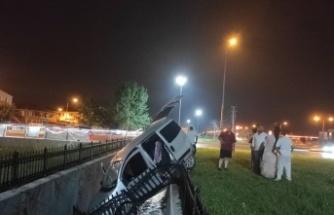 Korkuluklarda asılı kalan hafif ticari araç kanala düşmeden durdu