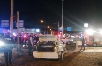 Otobüsle çarpışan otomobildeki 3 kişi yaralandı