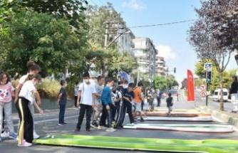 Trafik durdu, cadde çocuklara kaldı