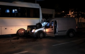 Ticari araç park halindeki otobüse çarptı: 3 kişi yaralandı
