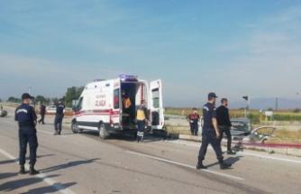 Ticari araçla çarpışan otomobilin sürücüsü öldü