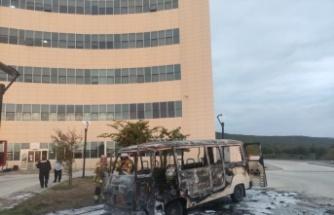 Bursa'da hastane bahçesinde park halindeki minibüs yandı