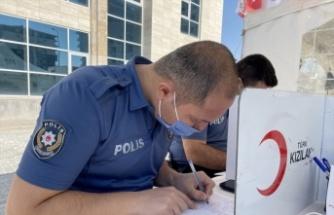 Polisler Türk Kızılaya destek vermek için sıraya girdi