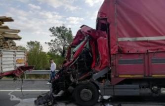 Tıra çarpan kamyon sürücüsü öldü