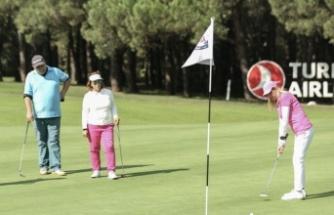 Kadın golfçülerden farkındalık atışı