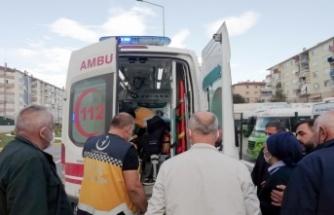 Karamürsel'de özel halk otobüsüne binmeye çalışırken kaldırıma düşen genç yaralandı