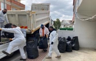 Çayırova'da çöp biriktirilen ev şikayet üzerine temizlendi