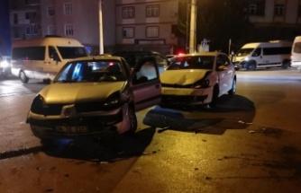 Gebze'de iki otomobilin çarpıştığı kazada 3 kişi yaralandı