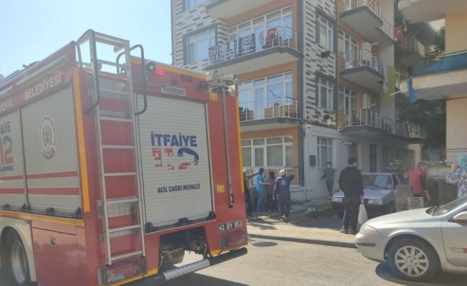 Gölcük'te bir apartmanda çıkan yangında anne ve çocuğu dumandan etkilendi