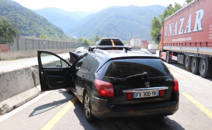 Tıra çarpan otomobildeki 3 kişi yaralandı