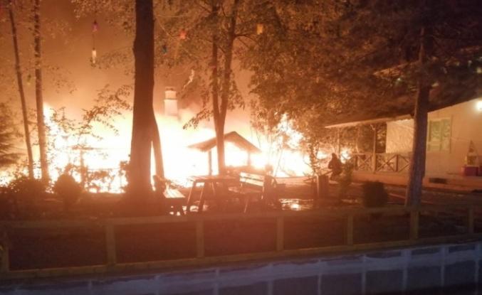 Çıkan yangında ahşap restoran kullanılamaz hale geldi