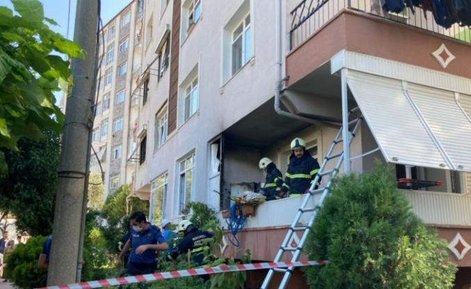 Karamürsel'de bir evin balkonundaki buzdolabı alev aldı
