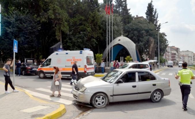 Karamürsel'de iki otomobil çarpıştı: 2 yaralı