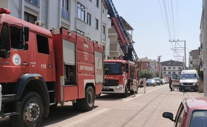 Darıca'da tadilat yapılan binanın çatısında çıkan yangın söndürüldü