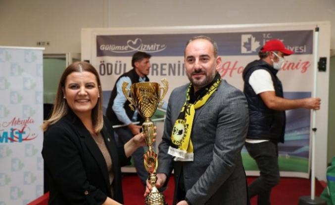Başkan Hürriyet, Bekirderespor'a şampiyonluk kupasını verdi