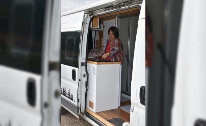 Kadınların toplumsal eşitliği için karavanıyla şehir şehir dolaşıyor