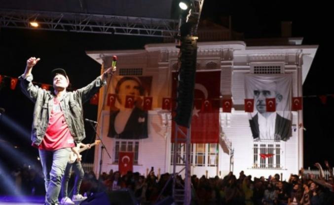 Ozbi, ilk halk konserini Bursa Mudanya'da verdi