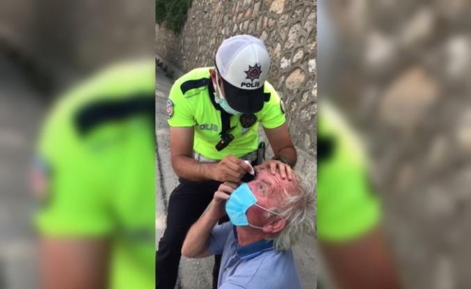 Gözünden rahatsızlanan tır şoförüne trafik polisi damla damlattı